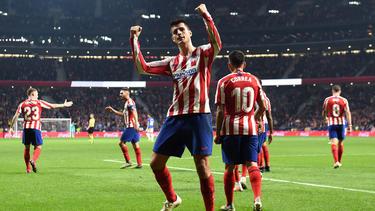 Morata celebra con la afición el 2-0 al Athletic.