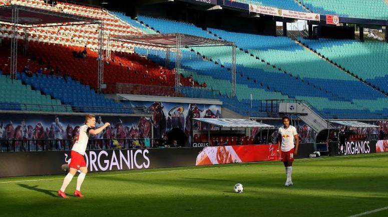 Die Bundesliga-Klubs spielen vor leeren Rängen