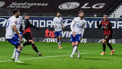 Szene aus dem Schalke-Spiel: Frankfurts Jovic (l.) dreht jubelnd ab, sein Sturmpartner Silva (r.) freut sich