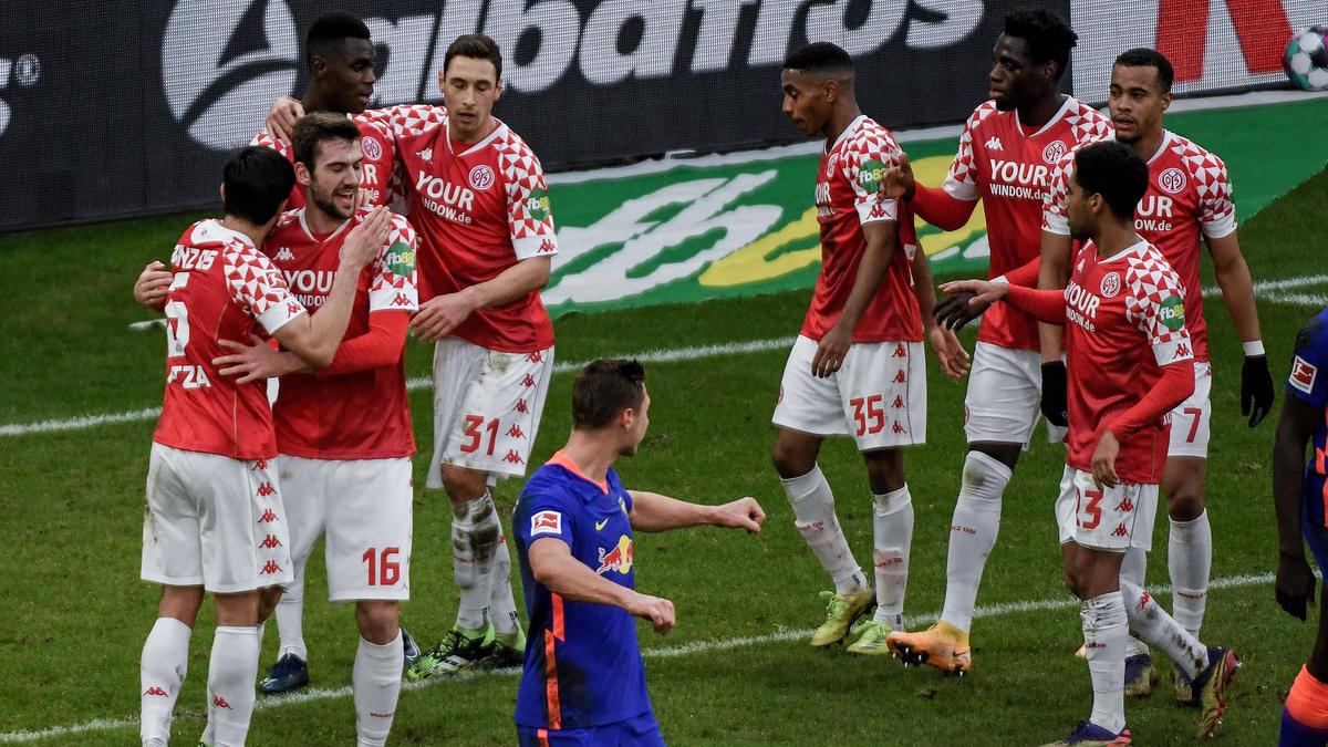 Die Mainzer bejubeln ihren überraschenden Heimsieg gegen RB Leipzig