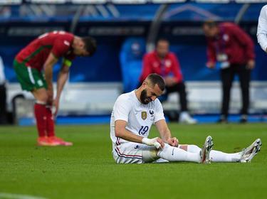 Benzema se duele en el suelo tras sentir la molestia.