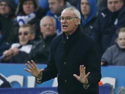 Leicester City-trainer Claudio Ranieri geeft aanwijzingen tijdens het competitieduel Leicester City - Norwich City. (27-02-2016)
