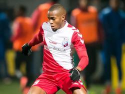 De vleugelverdediger van FC Utrecht houdt zijn ogen gericht op de bal in het uitduel met Cambuur Leeuwarden. (12-02-2016)
