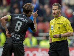 Willem Janssen (l.) is niet blij met het feit dat Danny Makkelie (r.) een strafschop heeft gegeven tijdens het competitieduel Ajax - FC Utrecht (17-04-2016).