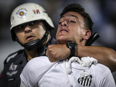 Hubo enfrentamientos de los hinchas con la policía en las gradas. (Foto: Getty)