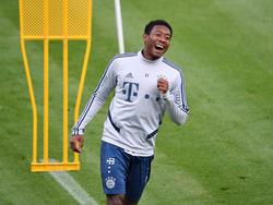 David Alaba lachend im Bayern-Training