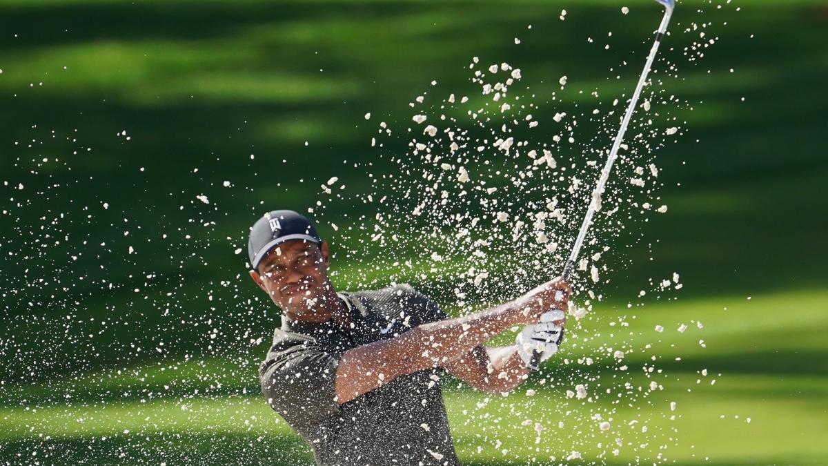 Tiger Woods spielt den Ball aus einem Bunker