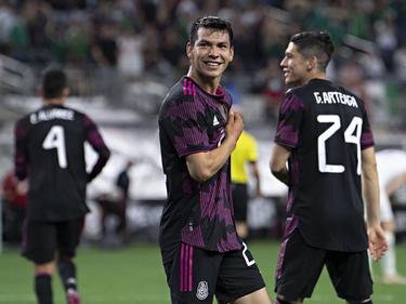 Hirving Lozano celebra uno de sus goles con la afición.