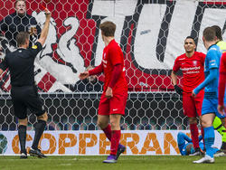 Zakaria el Azzouzi (rechts met handschoenen) krijgt rood van scheidsrechter Pol van Boekel (l.) tijdens het competitieduel FC Twente - AZ Alkmaar (20-03-2016).