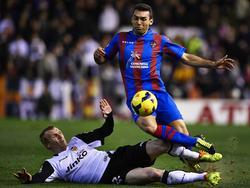 Jérémy Mathieu(li.) met een sliding op Barral (re.) van Levante UD.