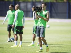 Diego Reyes vermaakt zich prima tijdens het Wereldkampioenschap in Brazilië. De Mexicaan filmt zijn ploeggenoten tijdens de training van zijn land. (28-06-2014)