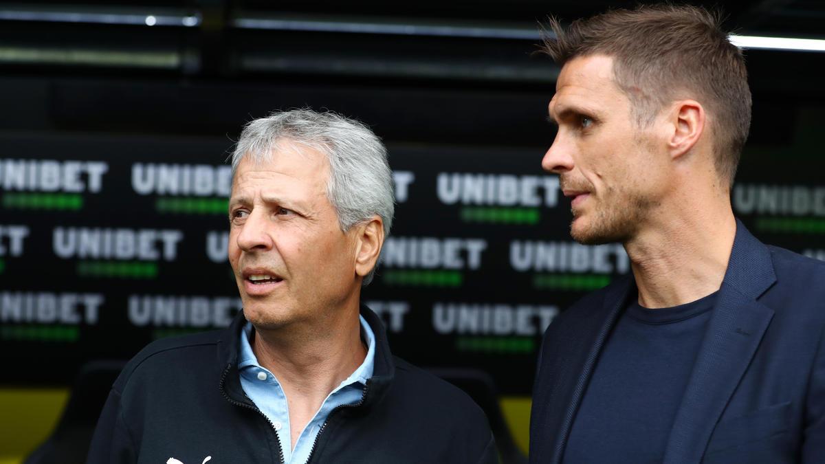 Sebastian Kehl (re.) stärkt Trainer Lucien Favre den Rücken