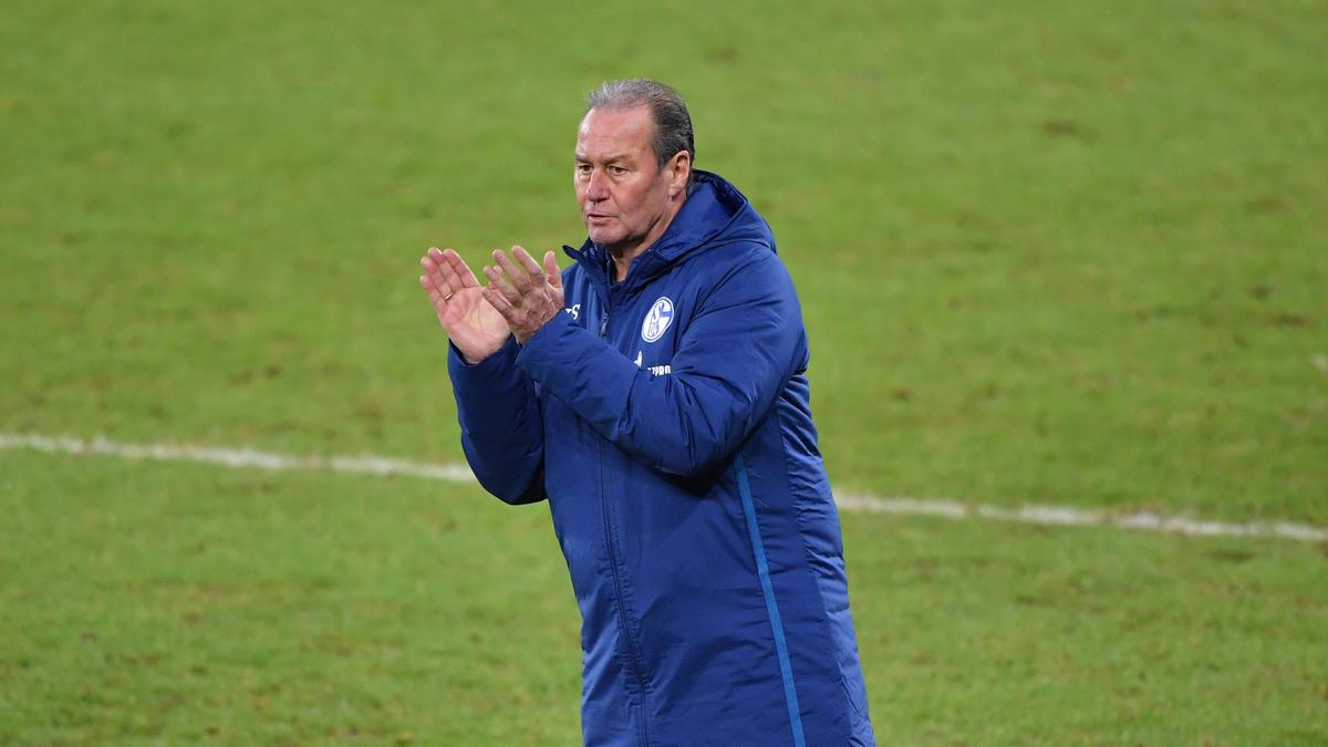 Ist mit dem FC Schalke 04 eine Runde weiter: Huub Stevens