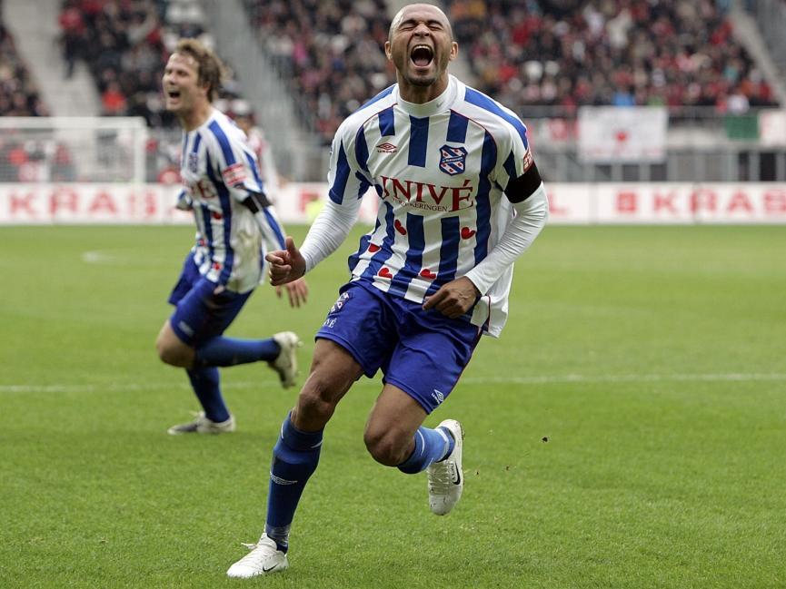 Afonso Alves scoort voor sc Heerenveen in het seizoen 2007/2008. Hij zou er uiteindelijk 34 maken in datzelfde seizoen. (21-10-2007)