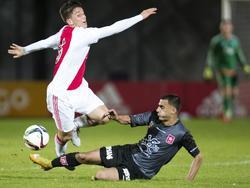 Jordy Bruijn in duel met Hawbir Moustafa van MVV. (06-11-2015)