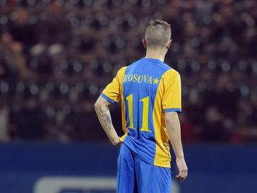 Kosovo maakt zich als land klaar voor officiële interlands, het land wordt door de FIFA mogelijk geaccepteerd als volwaardig lid, en oefent daarom met clubteams. Bersant Celina staat hier te wachten op de bal in het duel met Eintracht Frankfurt. (24-03-2016)