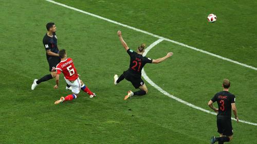Cheryshev setzt sich gegen zwei Russen durch und zieht ab - Traumtor!