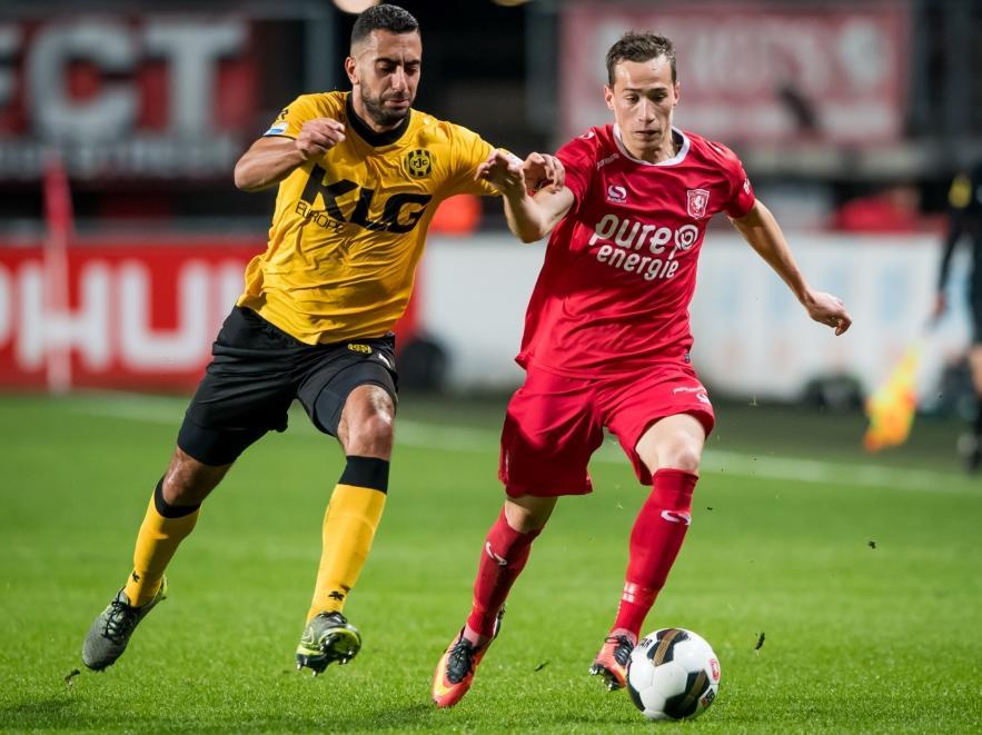 Adil Auassar (l.) probeert Dejan Trajkovski (r.) van de bal te krijgen tijdens FC Twente - Roda JC. (28-09-2016)