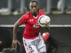 Ridgeciano Haps probeert een hoge bal te controleren tijdens de Europa League-wedstrijd AZ - Maccabi Tel Aviv. (20-10-2016)
