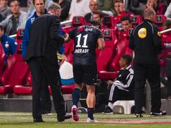 Bruno Andrade (m.) moet vroegtijdig het veld verlaten bij de wedstrijd Ajax - Willem II, met ogenschijnlijk een vervelende knieblessure. (15-08-2015)