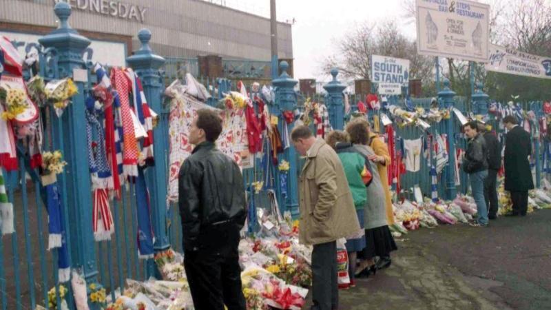 Fußballfans gedenken am 15. April 2019 vor dem Stadion am 30. Jahrestag der Opfer der Hillsborough-Tragödie