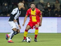 Samuel Armenteros (l.) wordt op de voet gevolgd door Go Ahead-verdediger Sander Fischer (r.). (19-11-2016)