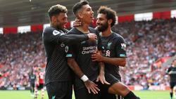 Alex Oxlade-Chamberlain (l.) freut sich mit Roberto Firmino (M.) und Mohamed Salah