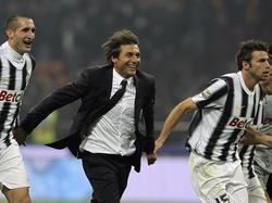 Antonio Conte junto a sus dos defensas baluartes en la Juventus. (Foto: Getty)