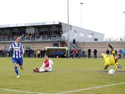 Xavier Mous (r.) met een mooie redding op de inzet van aanvoerder Wouter Marinus. Damian van Bruggen kijkt in het midden zittend toe. (22-3-2014)