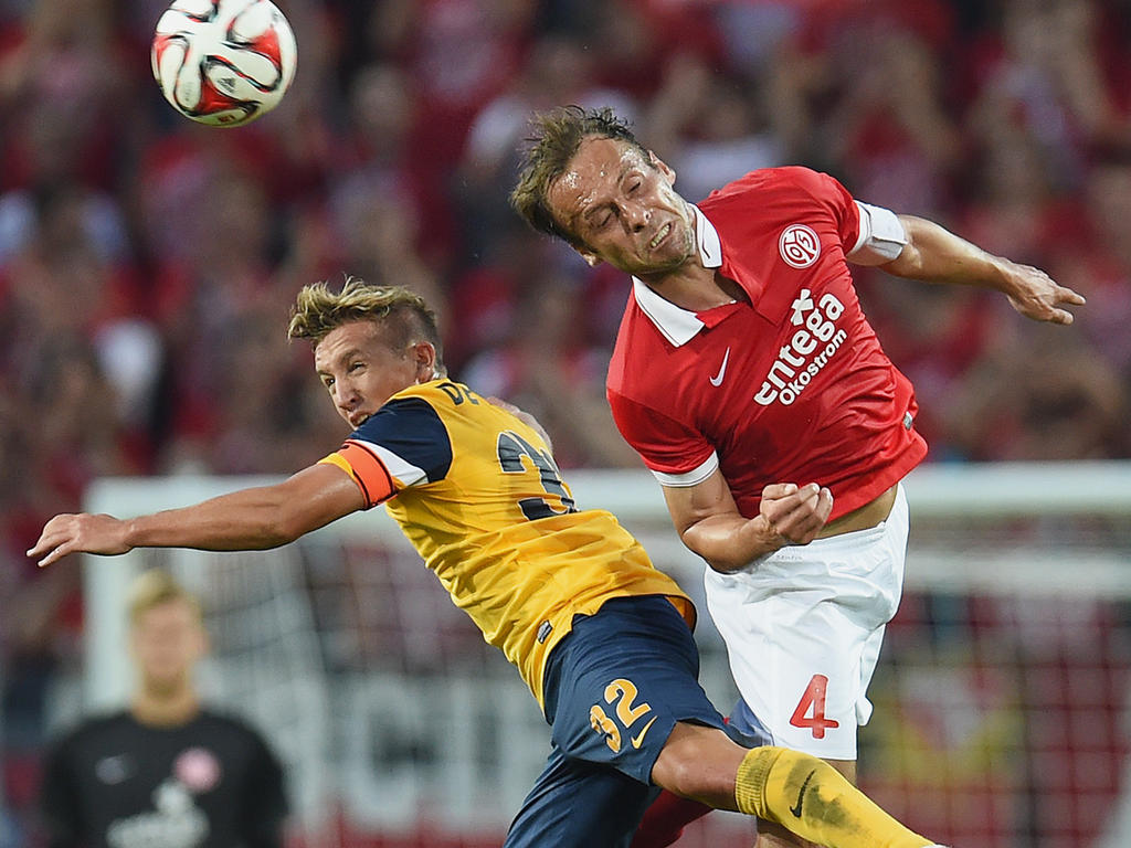 Nikolce Noveski (r.) vom FSV Mainz 05 und Pablo de Blasis von Asteras Tripolis im Kopfballduell