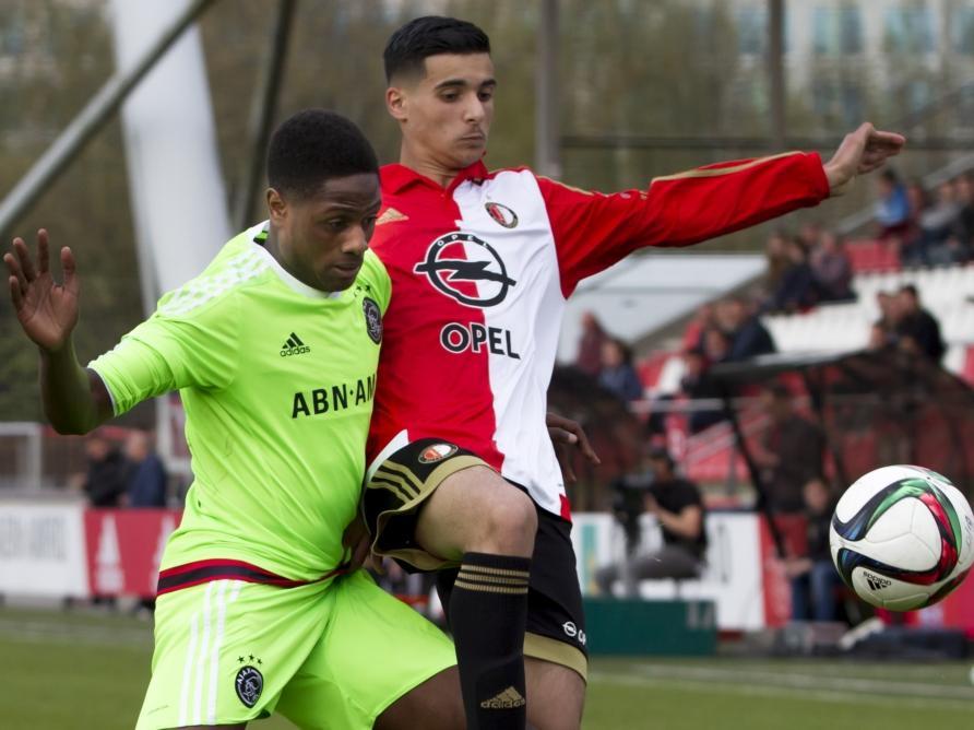 Mo el Hankouri (r.) vecht een duel uit met Deyovaiso Zeefuik (l.) tijdens het competitieduel Ajax U19 - Feyenoord U19 (12-04-2016).