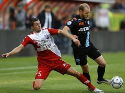 Christian Kum (l.) probeert Nathaniël Will (r.) van de bal te zetten tijdens het competitieduel FC Utrecht - De Graafschap (20-04-2016).