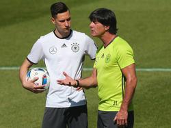 Julian Draxler (izq.) conversa con el seleccionador alemán. (Foto: Getty)