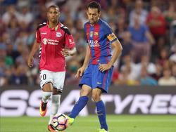 Sergio Busquets (r.) probeert een medespeler te bereiken tijdens het competitieduel FC Barcelona - Deportivo Alaves (10-09-2016).