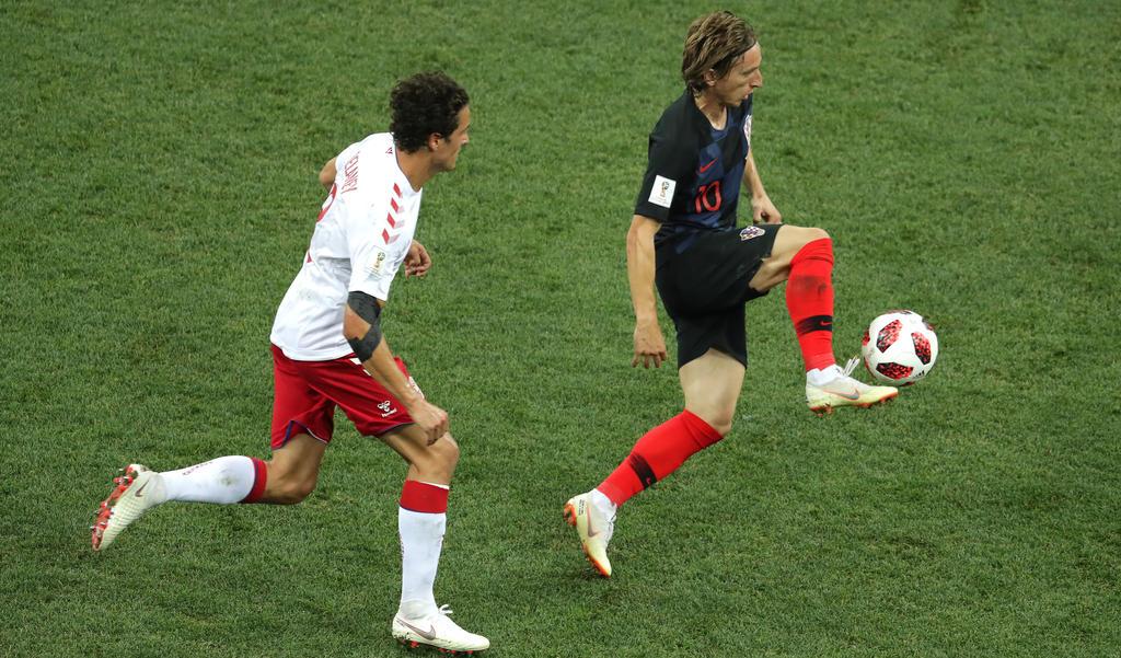 Luka Modrić wird von Thomas Delaney verfolgt