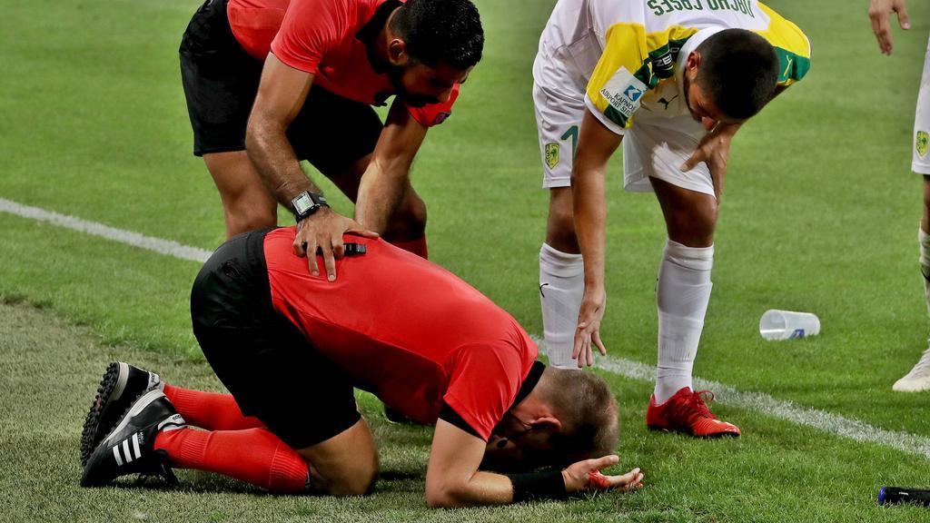 Schiedsrichter-Assistent Fredrik Klyver wurde von einem Becher am Kopf getroffen