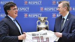 DFB-Präsident Reinhard Grindel (r.) übergibt die Bewerbungsunterlagen für die EM 2024