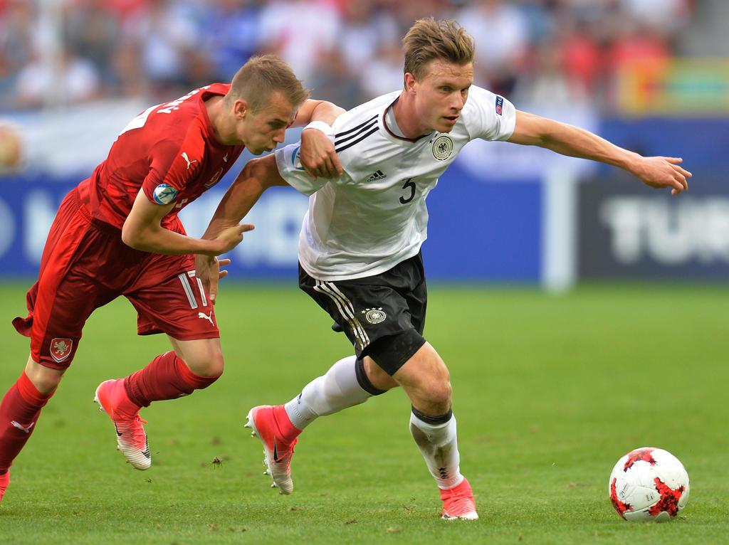 Der Einsatz von Niklas Stark (r.) im Finale der U21-EM ist fraglich