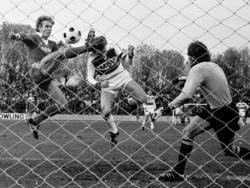 Bernard Dietz (M.) trifft gegen Karl-Heinz Rummenigge und Sepp Maier zum 1:0