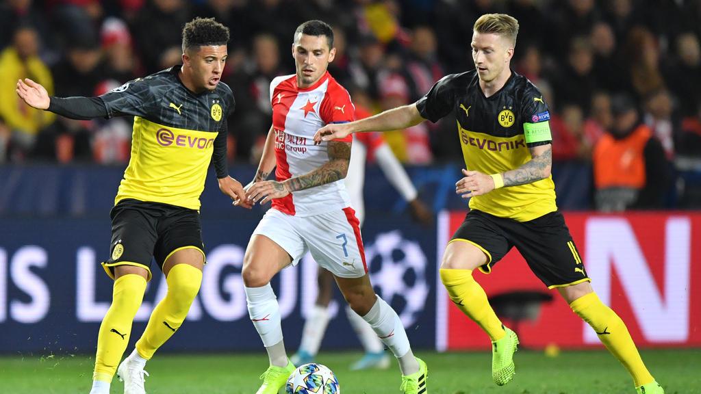 Jadon Sancho (links) vom BVB bekommt wertvolle Tipps von Marco Reus