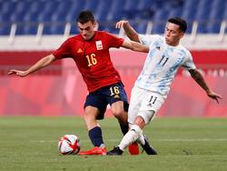 Pedri quiebra al argentino Ezequiel Barco en fase de grupos.