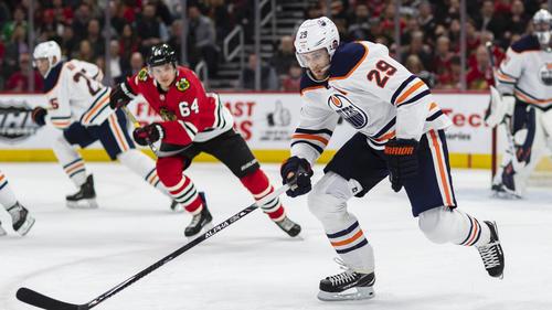 Leon Draisaitl (r.) fliegt mit Edmonton aus den NHL-Playoffs