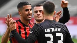 Frankfurts Aymen Barkok (l-r), Filip Kostic und Torschütze André Silva jubeln nach dessen Elfmetertor zum 1:0