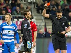 Mickey van der Hart (m.) maakt het einde van AZ - PEC Zwolle niet mee. De goalie legt een doorgebroken speler neer en krijgt rood van scheidsrechter Jeroen Manschot (r.). (16-04-2016)
