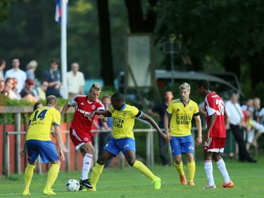 Almere City en SC Cambuur spelen tegen elkaar in de voorbereiding op het seizoen 2014/2015. Hier gaat Fabian Serrarens (m.) langs Oebele Schokker (l.) en Calvin Mac-Intosh (r.). (23-07-2014)