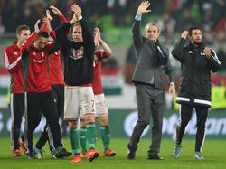 Bernd Stock (im Anzug) und seine Ungarn wollen die EM gelassen angehen