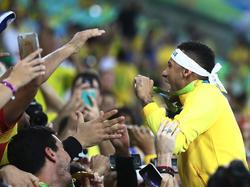 Neymar mostró el metal al público de Maracaná tras el triunfo. (Foto: Imago)