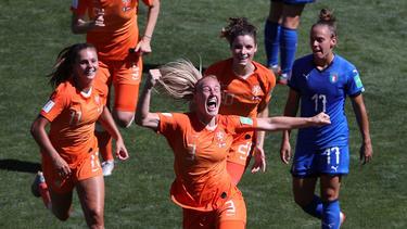 Stefanie van der Gragt (m.) sorgte in der 80. Minute für die Vorentscheidung