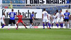 Der Bielefelder Joakim Nilsson (M.) trifft zum 1:0
