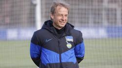 Jürgen Klinsmann sitzt gegen den FC Bayern auf der Hertha-Bank